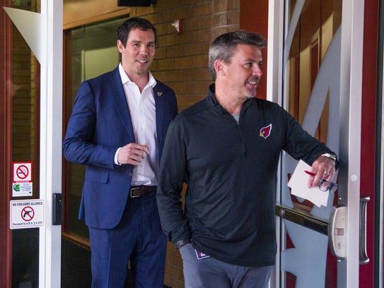 Sam Bradford llega a la rueda de prensa acompañado del vicepresidente de comunicaciones del equipo, Mark Dalton.