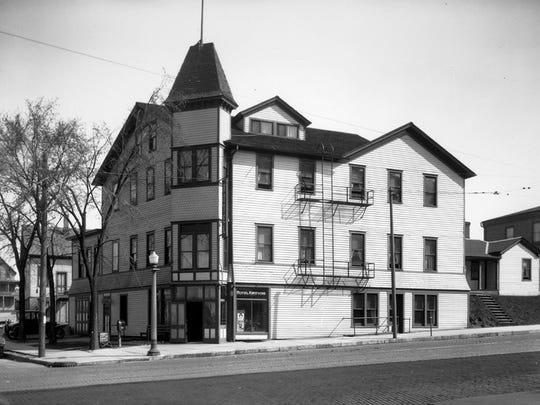 Kneevers' Hotel, Ninth and Penn, was best known for