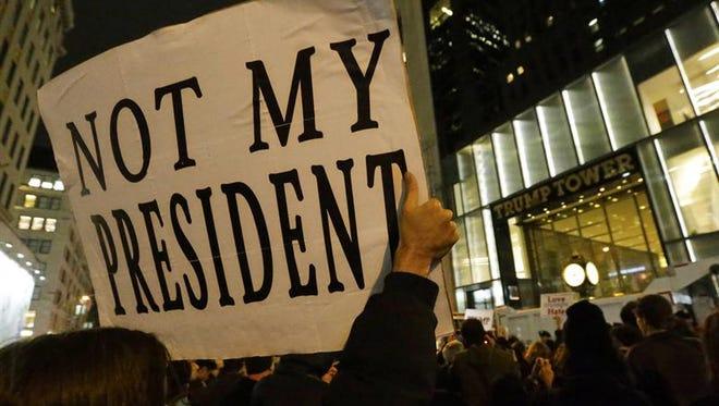 Seguidores de la candidata demócrata Hillary Clinton protestan el miércoles en la noche frente a la Torre Trump en Nueva York por los resultados de las elecciones generales del martes que dieron la victoria al republicano Donald Trump.