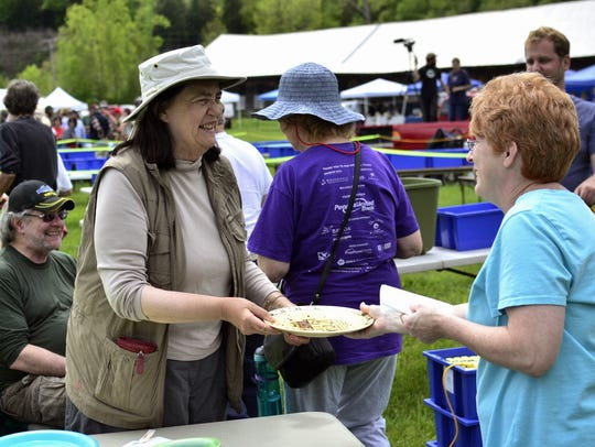 Peggy Newfield of Albany hands out dirty dishes to