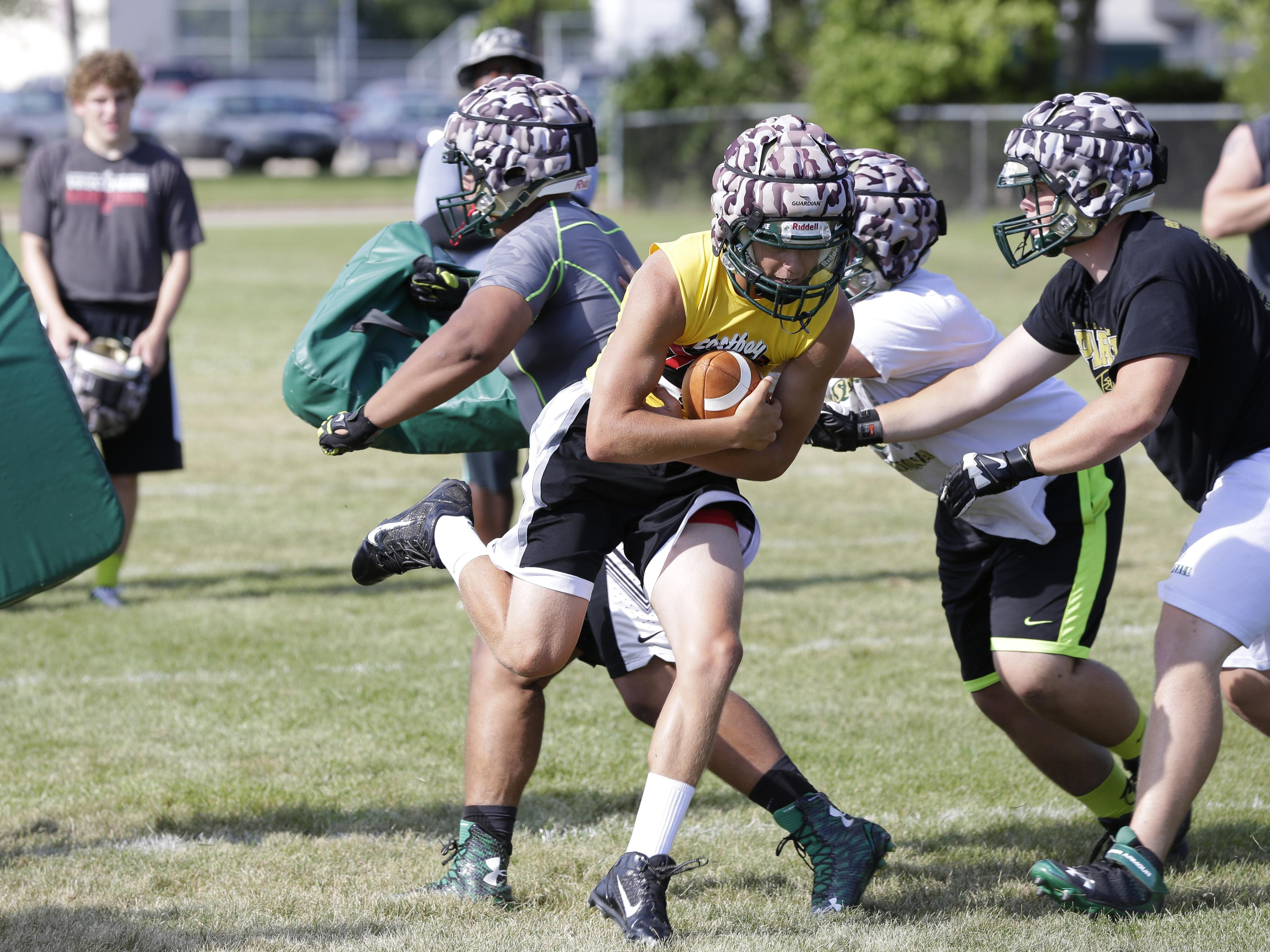 Oshkosh North's Jordan Roen does a running play during practice on Tuesday.