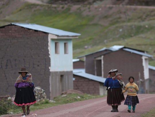 Habitantes de Pitumarca, Perú, caminan a las faldas
