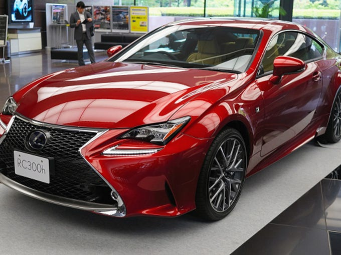 2015 Lexus ES 300h gets 40 MPH and will save $3,740