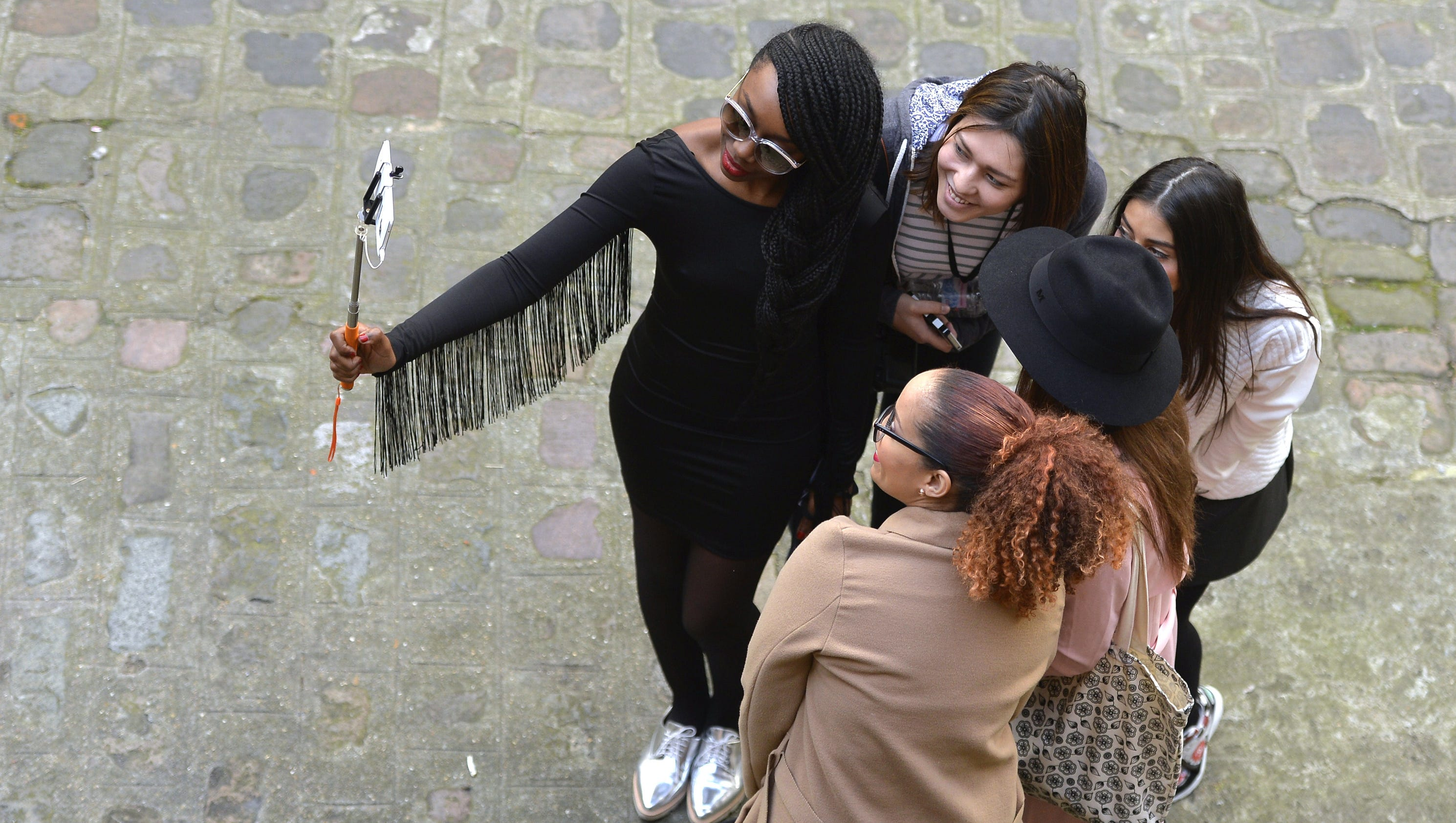 french uk attractions ban selfie sticks. Black Bedroom Furniture Sets. Home Design Ideas