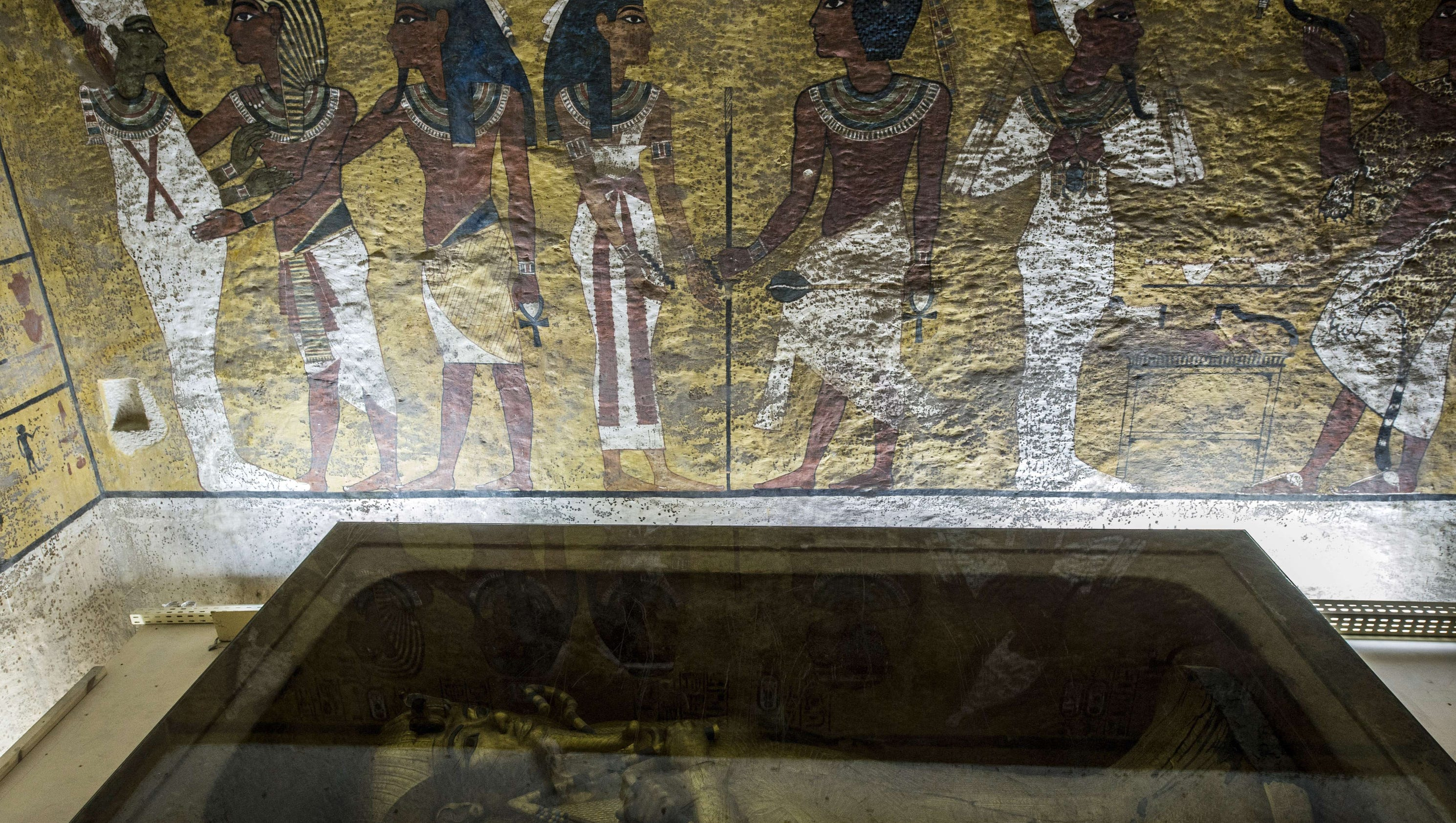 Egypt explores King Tuts tomb, searching for Queen Nefertiti
