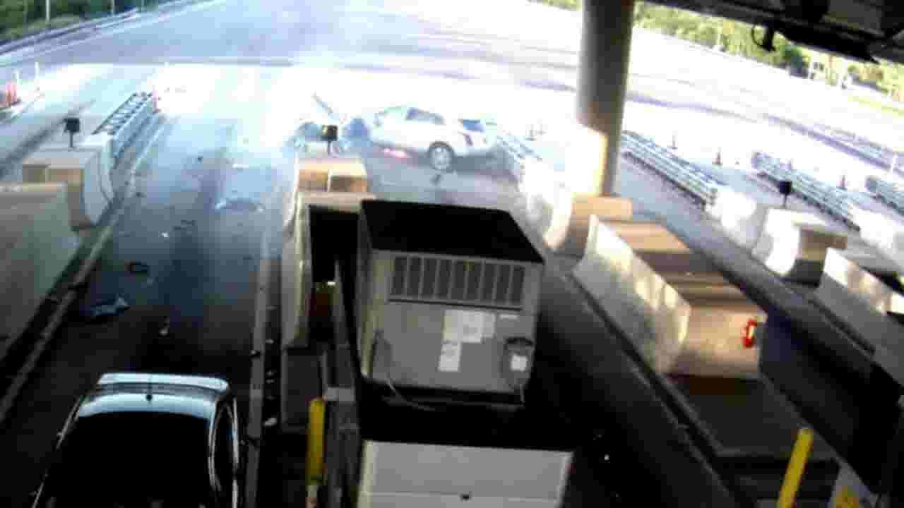 Florida toll plaza: violent car crash caught on graphic video