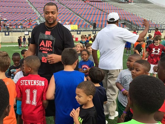 Former NFL defensive end Demetric Evans, who prepped at Haynesville, interacts with attendees at Saturday's Camping World Independence Bowl Youth Football Clinic.