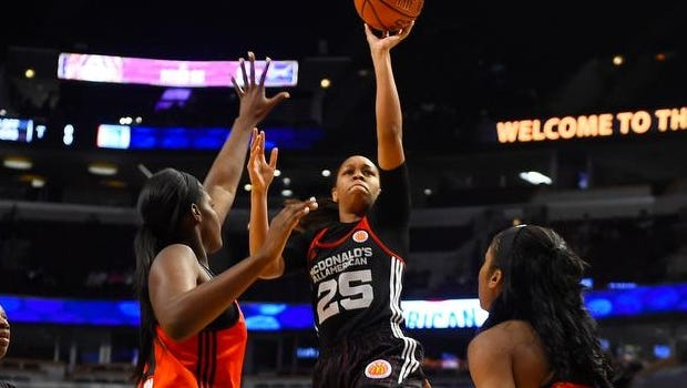 Asia Durr shoots Wednesday night in Chicago.