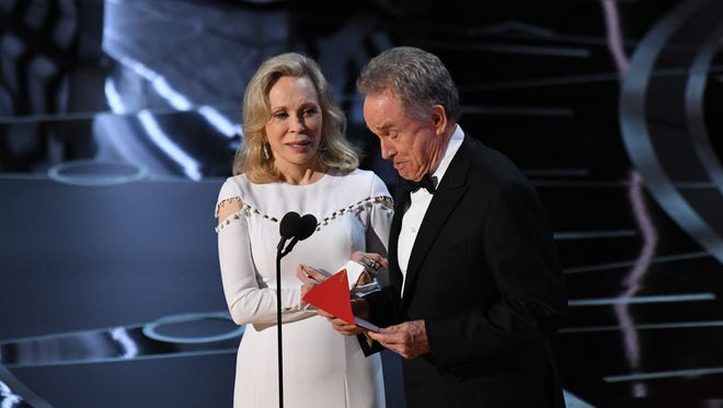 Faye Dunaway and Warren Beatty present the award for best picture.