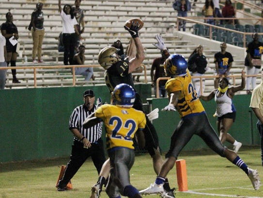 Lincoln's Sage Ennis catches a game-winning touchdown