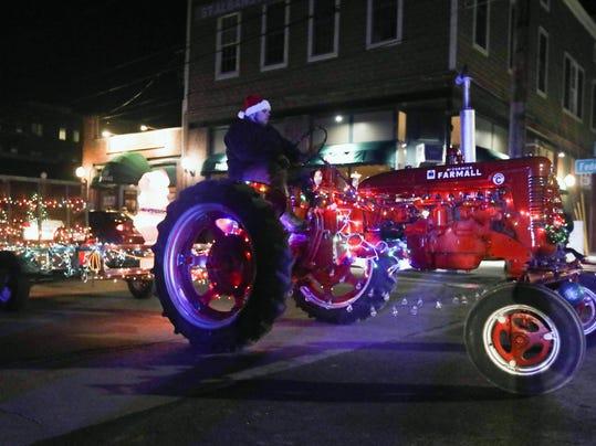 -Holiday Tractor Parade 005.jpg_20161213.jpg