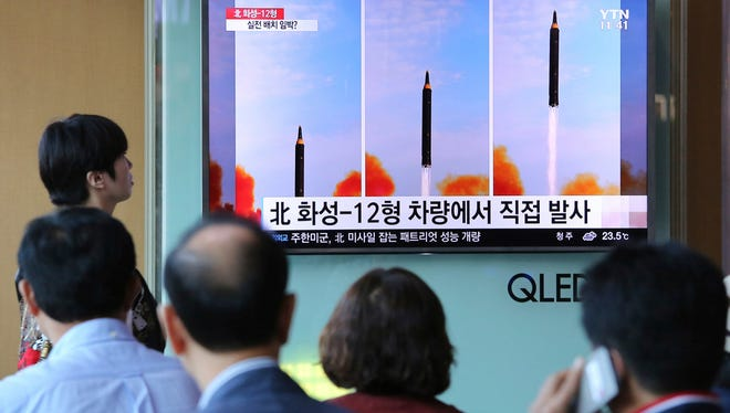 South Koreans watch news about a North Korea missile launch, Seoul, Sept. 16, 2017.