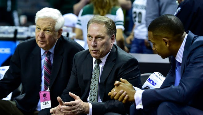Mar 20, 2015; Michigan State Spartans head coach Tom Izzo (center) talks with CBS announcers Bill Raftery and Grant Hill before the game against the Georgia Bulldogs in the second round of the 2015 NCAA Tournament.