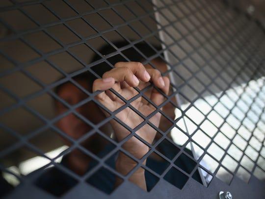 Decenas de menores indocumentados permanecen detenidos