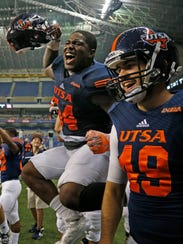 UTSA defense including Kevin Strong Jr. celebrates