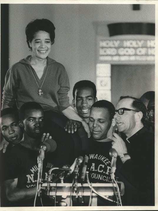 1967 Press Photo Vel Phillips & Father James Groppi with NAACP Youth Council