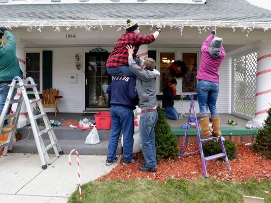 636163852484754701-she-n-Christmas-decorations-for-Charlie-Salchert-1203-gck-04.JPG