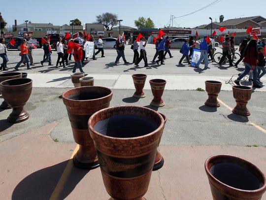 Miles de personas marcharon el 8 de abril alrededor del Alisal para honrar a César Chávez y continuar con su labor.