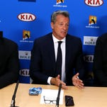 Presidente de la ATP Chris Kermode, al centro, habla durante una conferencia de prensa en el campeonato de tenis del Abierto de Australia, el lunes 18 de enero de 2016.