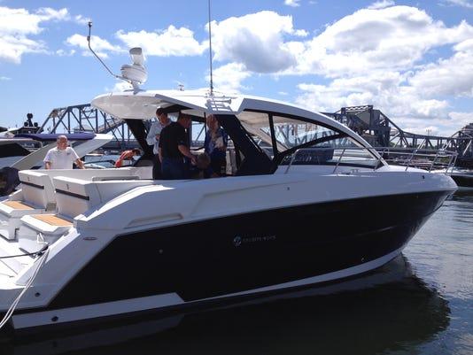 -DCA 0726 01cruisers yacht with people.jpg_20140724.jpg
