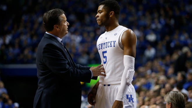 Kentucky head coach John Calipari, left, talks with guard Andrew Harrison during a break in the action during the second half. 