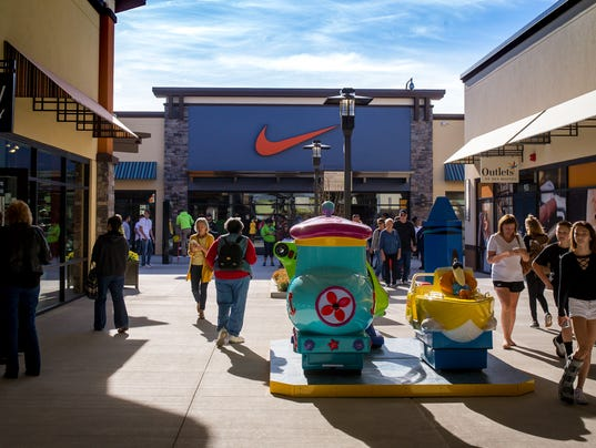 102017_outlets_opening_RWHITE_2291