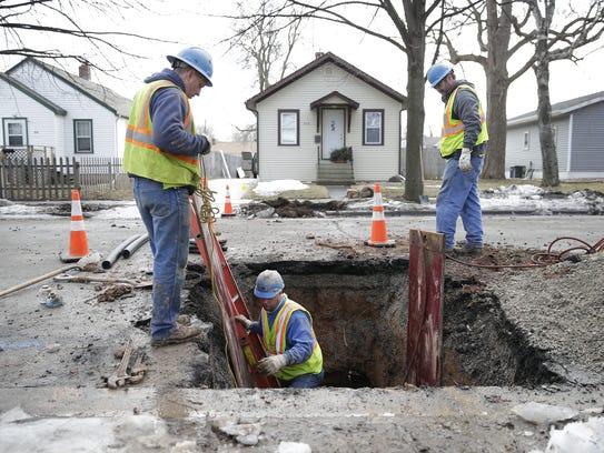 A Green Bay Water Utility crew replaces an 80-year-old