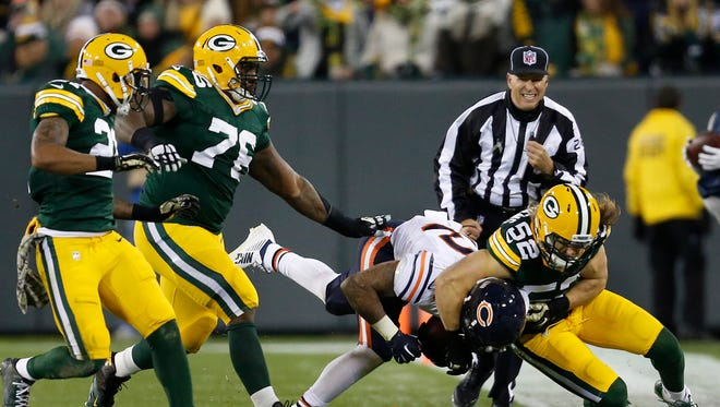 Green Bay Packers linebacker Clay Matthews (52) tackles Chicago Bears running back Matt Forte in the second quarter.