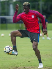 Gyasi Zardes juggles the ball during training with