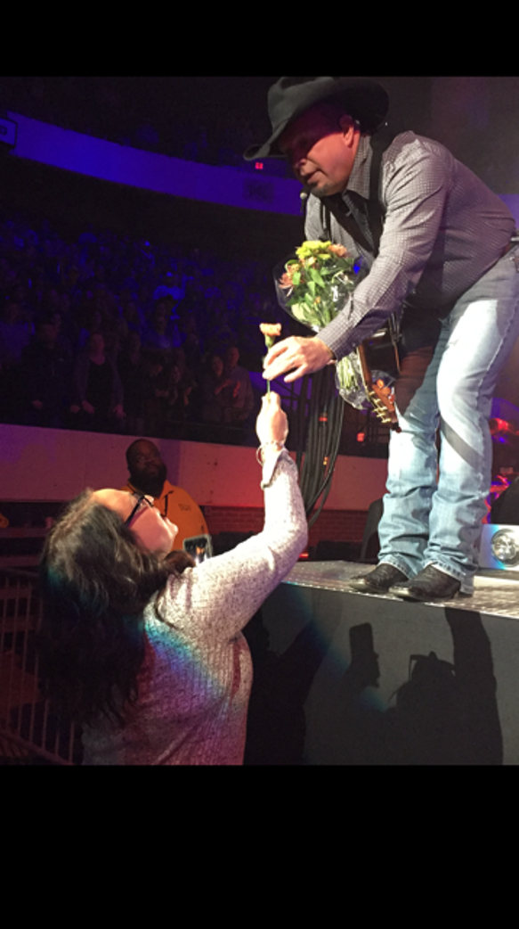 Superfan Amy Jacobs gives Garth Brooks flowers during
