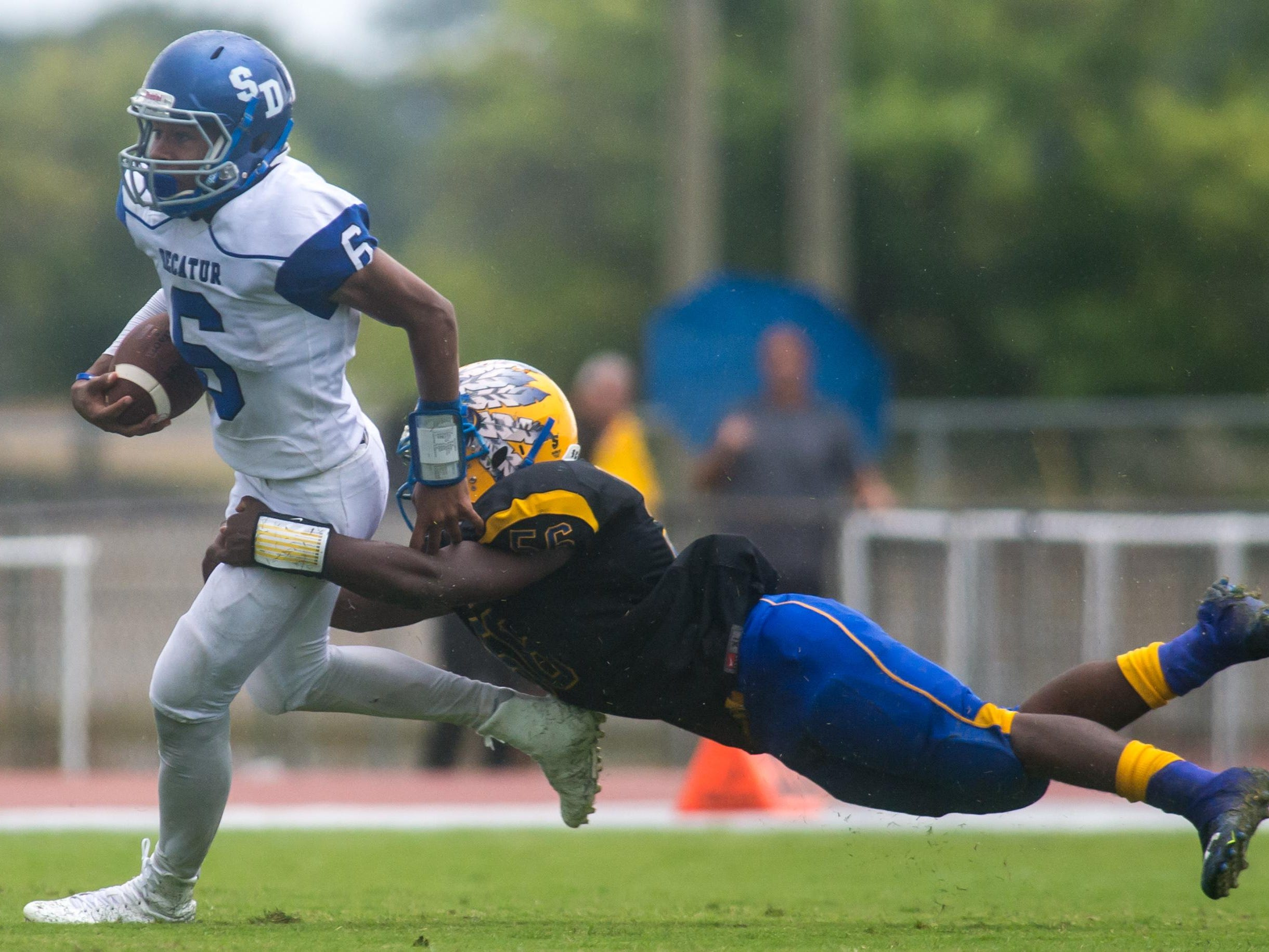 Stephen Decatur quarterback Darion McKenzie (6) rushes against Wicomico High on Saturday afternoon at Wicomico County Stadium.