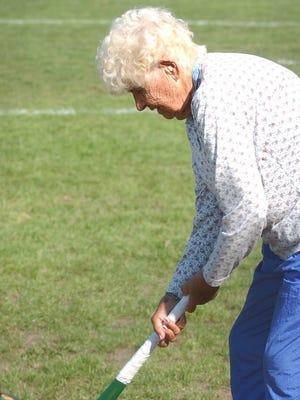 Bea Thomas coaching field hockey in 2004.