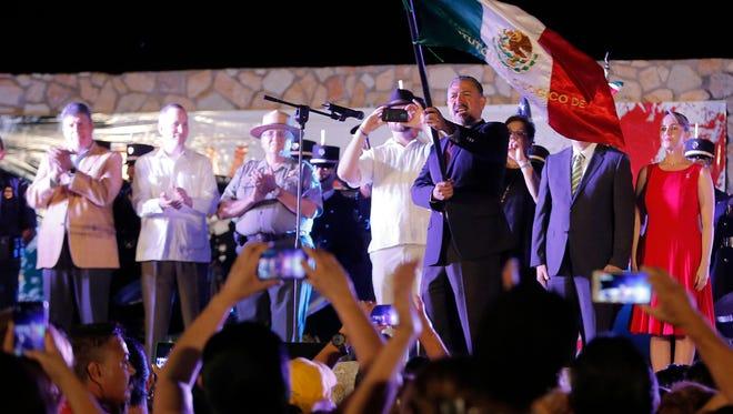 """Grita Jacob Prado González, Cónsul General del Consulado de México en El Paso """"México viva"""" Durante la celebración del dieciséis de septiembre de 2015."""