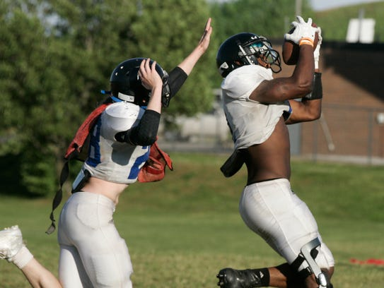 La Vergne junior Princeton Fant pulls in a pass. He