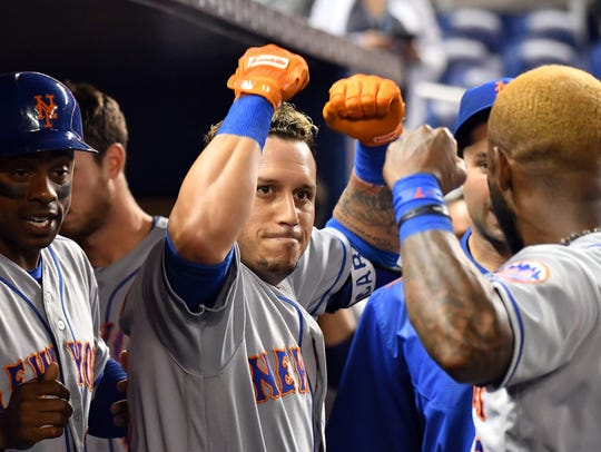 New York Mets second baseman Asdrubal Cabrera (center)