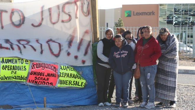 More than 90 workers who were fired at the Lexmark International factory in Júarez have reached an agreement with the company and have ended their camp out in front of the company.