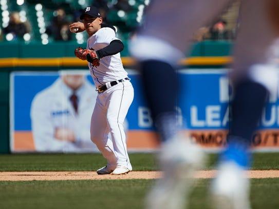 Tigers shortstop Jose Iglesias (1) makes a throw to