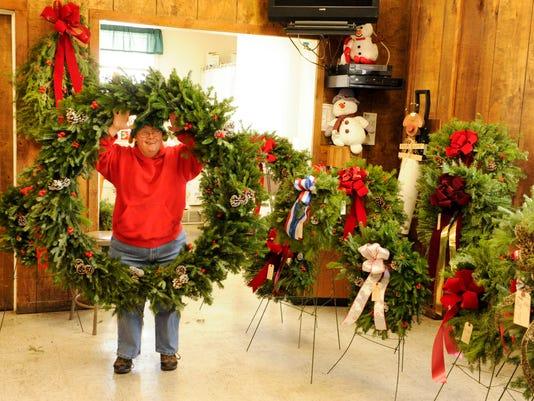 -MAN n Holiday House Wreaths 40.jpg_20131210.jpg