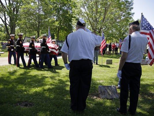 636629514839270474-LEDE-APC-Veteran-burial-052618-rbp030.JPG