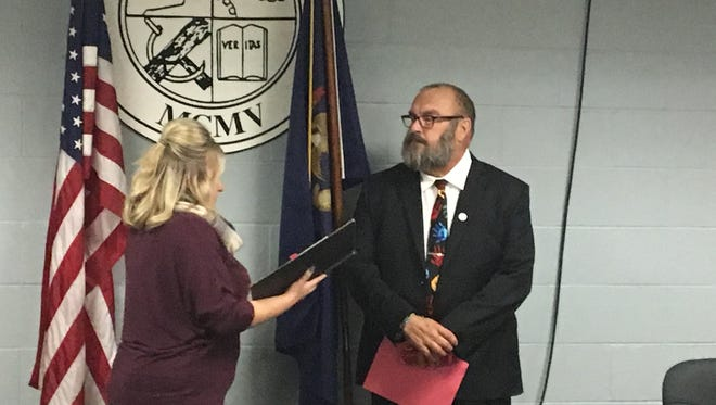 Yale City Clerk Ashley Aldea swears in Pat Robbins as the City Council's latest member on Monday, Nov. 27, 2017. He replaces Scott Ferguson, who resigned earlier this month.
