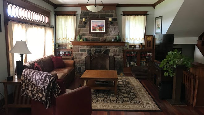 The living room features classic Bungalow characteristics.