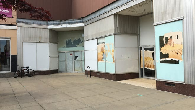 Reader wonders why old paintings of people with wine are at assorted locations in downtown Springfield.  This is the southwest corner of the downtown square.