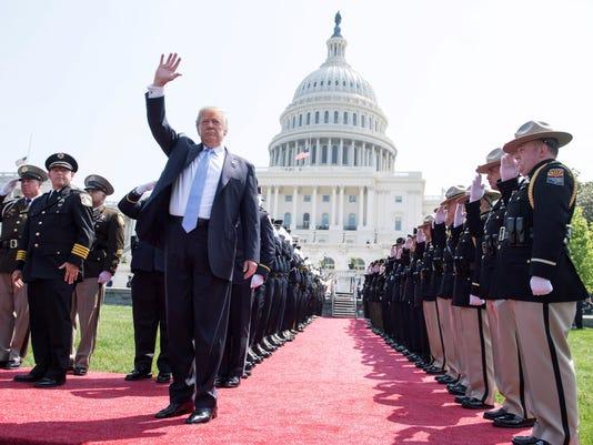 El presidente estadonidense asiste al servicio conmemorativo anual de los Oficiales de Paz en el Capitolio