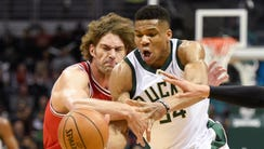 Giannis Antetokounmpo (right) and Bulls center Robin