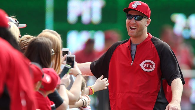 Cincinnati Reds third baseman Todd Frazier (21) smiles as he talks with fans.