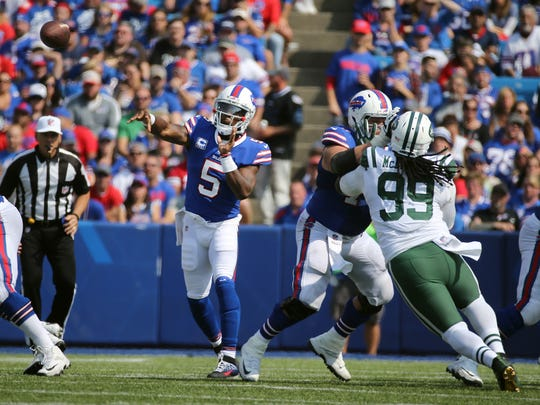 Bills quarterback Tyrod Taylor steps into this throw against the Jets.