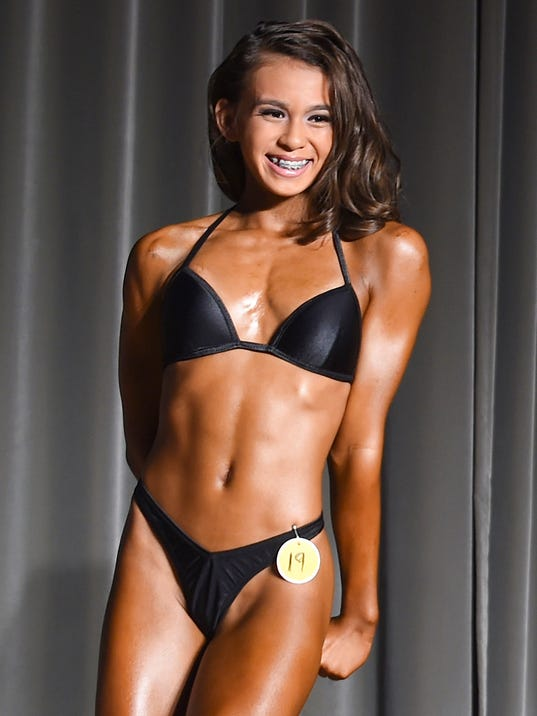 Teen gymnast wows at bodybuilding competition