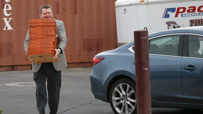 Spectrum Media President and Publisher Rhett Long delivers a stack of pizzas to Pine View High School Monday, May, 18, 2015 to celebrate the fact that Pine View won the newspaper's school spirit contest.