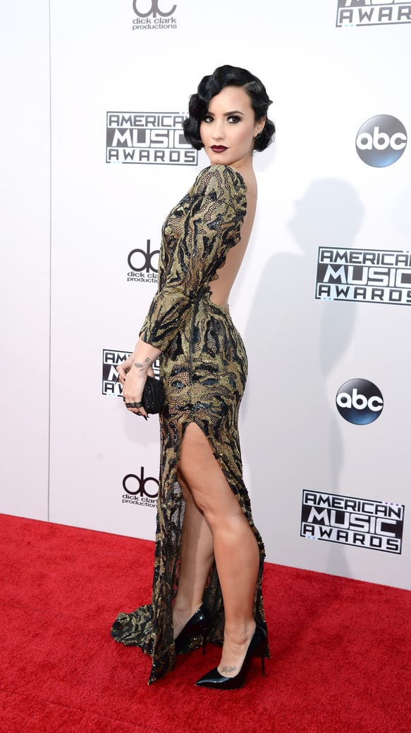 Demi Lovato serves up flapper realness on AMAs red carpet