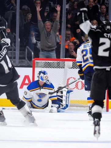 Los Angeles Kings right wing Justin Williams, left,